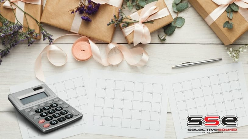 Calendars and calculators symbolize wedding budget tips